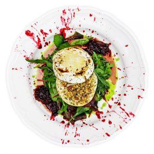 Friss etyeki Hófehér (Camembert), fűszeres dió, lilahagyma chutney, friss saláta, piros bogyós dresszing, verjus